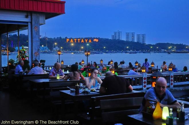 Nhung diem du lich tuyet voi nhat Thai Lan hinh anh 10 Cuộc sống thành phố trở nên nhộn nhịp khác thường vào ban đêm. Những quán bar, vũ trường, sòng bạc, các tụ điểm ăn chơi và tấp nập du khách đến thư giãn giải trí. Bởi thế, Pattaya còn được gọi là