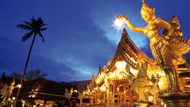 Nhung diem du lich tuyet voi nhat Thai Lan hinh anh 1 Thái Lan có tên đầy đủ là Vương quốc Thái Lan, nằm ở Trung Nam bán đảo Đông Nam Á. Theo thống kê năm 2014 của The world factbook, Thái Lan có diện tích 513.000 km2 (lớn thứ 50 trên thế giới) và dân số khoảng trên 67 triệu người (đông thứ 20 trên thế giới). Phật giáo Nam Tông được coi là quốc giáo ở Thái Lan với tỉ lệ dân số theo tôn giáo này là 94,6%. Đây là một trong những quốc gia Phật giáo lớn nhất thế giới theo tỉ lệ dân số. Kinh tế Thái Lan phát triển nhanh trong khoảng thời gian từ năm 1985 đến năm 1995, hiện là một trong bốn con hổ của châu Á, là điểm đến du lịch lý tưởng của châu Á với những điểm đến nổi tiếng như Bangkoc, Autthaya, Phuket, ChiangMai, Pattaya... Ảnh: Thaiembassy