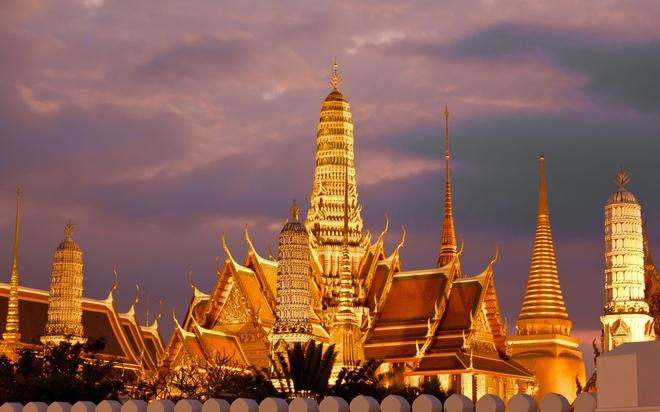 Nhung diem du lich tuyet voi nhat Thai Lan hinh anh 3 Tới Bangkok, du khách có thể tham quan nhiều công trình hoàng gia độc đáo, ghé thăm những con phố nổi tiếng về giải trí, ẩm thực, đặc biệt là thỏa sức mua sắm tại các trung tâm thương mại dịp hạ giá như Central World, Siam Paragon ... Ảnh: jauntprice