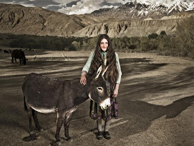 Người Tajik sống chủ yếu bằng trồng trọt và chăn nuôi. Họ nuôi cừu, dê, bò Tây Tạng, ngựa, lạc đà, lúa mạch, lúa mì, ngô và đậu. Món ăn ưa thích của họ là thịt, cơm, bánh và sữa. Họ cũng không ăn thịt lợn, thịt chó, thịt lừa, thịt ngựa hoặc bất cứ động vật nào chết một cách tự nhiên. Người dân ở đây rất lịch sự và nồng hậu. Họ chào hỏi, mời ăn đối với cả khách qua đường.