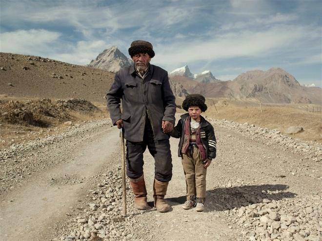 Người Tajik sinh sống chủ yếu ở thị trấn Tashkurgan trên cao nguyên Pamir ở độ cao hơn 4.000 m so với mực nước biển, thời tiết vô cùng khắc nghiệt. Đây là nơi giáp danh với Afghanistan, Tajikistan và Pakistan.