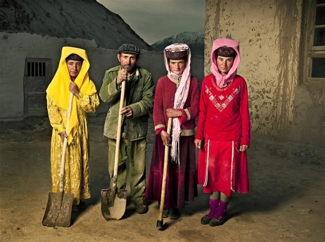 Trang phục của người Tajik rất đặc biệt. Đàn ông thường đội mũ nỉ màu đen, dắt dao ở thắt lưng và đi ủng da bò. Phụ nữ đội mũ tròn có họa tiết hoa trang trí.