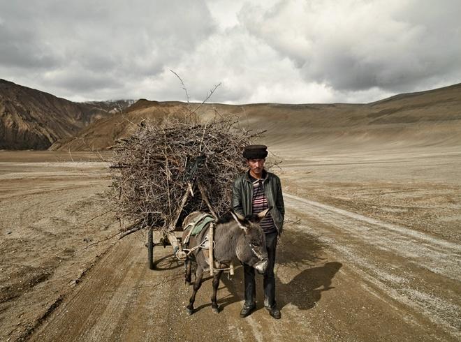 Người Tajik ở Trung Quốc được gọi là Tajik miền núi, còn người Tajik ở Tajikstan và Afghanistan được gọi là Tajik đồng bằng để dễ phân biệt, vì đều có nguồn gốc Ba Tư. Điều đặc biệt ở ngoại hình người Tajik là họ giống những người da trắng ở châu Âu với da trắng, mắt xanh, tóc vàng, mũi cao.