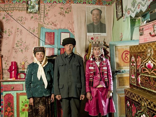 Người Tajik có những phong tục đặc biệt. Khi đàn ông gặp nhau hoặc đàn ông gặp phụ nữ, họ thường bắt tay hoặc hôn lên mu bàn tay nhau, còn phụ nữ gặp nhau thì hôn lên mặt và môi nhau. Ôm là cử chỉ thể hiện tình cảm nồng ấm nhất. Người mẹ thường dạy con gái tôn trọng chồng và gia đình nhà chồng, không được tán tỉnh đàn ông, sống tiết kiệm và làm việc chăm chỉ. Khi có khách đến nhà, họ tuyệt đối tôn trọng ý kiến của khách và không bao giờ hỏi khi nào khách ra về.
