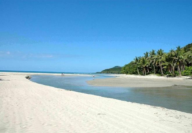 10 bai bien tuyet dep it nguoi biet o Philippines hinh anh 10 10. Bãi Casapsapan, Aurora: Con đường đến bãi biển Casapsapan ở Casiguran, Aurora có thể lổn nhổn đầy sỏi đá hoặc ngập bùn tùy theo mùa. Nhưng bãi biển ở đây thì tuyệt đẹp với làn nước trong xanh, bãi cát mềm mịn, được coi là nơi bí ẩn nhất vùng này.