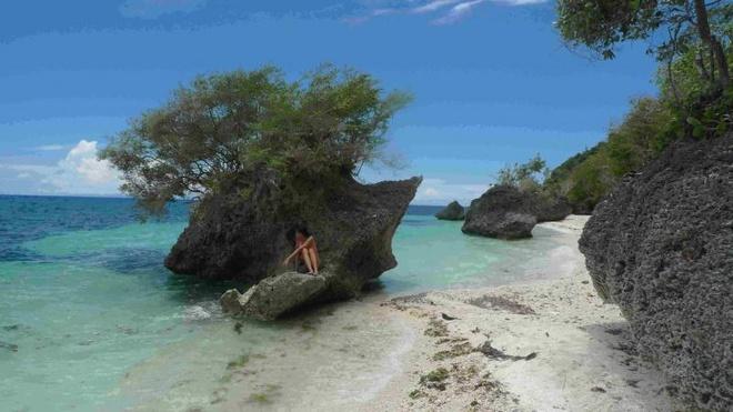 10 bai bien tuyet dep it nguoi biet o Philippines hinh anh 2 2. Bãi Kagusuan, Siquijor: Từ giây phút bạn đặt chân tới cảng Siquijor là bạn đã biết mình sẽ có một thời gian tuyệt vời ở đây. Đảo Siquijor có thời tiết lý tưởng, những thác nước tuyệt đẹp, những bãi cát trắng phau. Bạn nên thuê một hướng dẫn viên hoặc nhờ người dân địa phương chỉ đường. Quang cảnh những dãy núi đá lớn, làn nước trong xanh sẽ làm xiêu lòng bất cứ ai. Bạn có thể đến Siquijor bằng cách bay đến  Dumaguete.