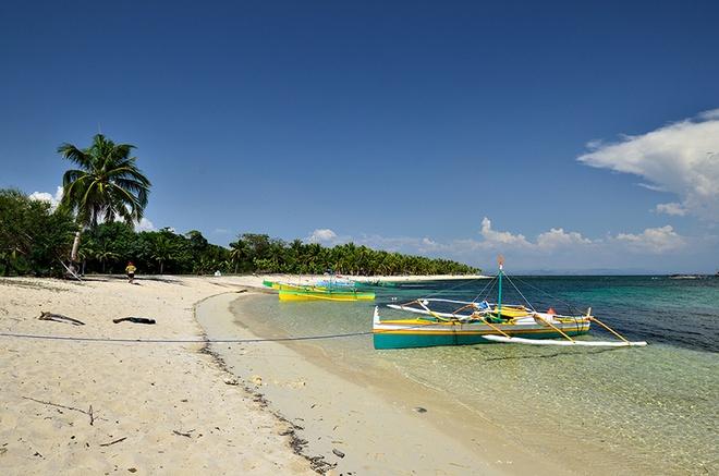 10 bai bien tuyet dep it nguoi biet o Philippines hinh anh 5 5. Bãi Tambobong, Dasol, Pangasinan: Thuê một chiếc xe máy 3 bánh từ chợ Burgos rồi đi mất 40 phút, du khách sẽ đặt chân tới bãi biển cát trắng này. Nhiều du khách ví cảnh nơi đây như ở thiên đường. Bạn cũng có thể đến thăm đảo Culebra, vịnh Cabacungan và hang Osmena, đều là những nơi có phong cảnh đẹp.