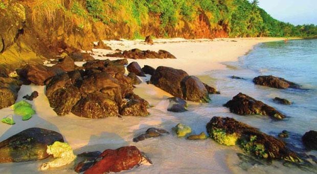 10 bai bien tuyet dep it nguoi biet o Philippines hinh anh 9 9. Đảo Sila, Northern Samar: Đây là một bãi biển màu hồng nữa ở Philippines. Đảo Sila là một trong 7 hòn đảo ở San Vicente, Northern Samar. Cũng giống như Sta. Cruz Grande ở Zamboanga, màu hồng ở đây là do san hô đỏ tạo thành. Theo người dân địa phương, bãi biển có màu hồng rực rỡ trong suốt mùa hè. Một điểm lưu ý là, du khách đến đây nên tự mang theo đồ ăn, vì ở đảo không hề có nhà hàng.