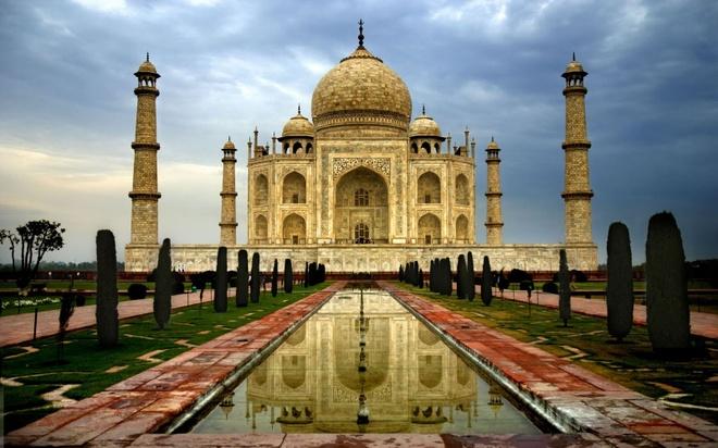 Bên cạnh những tín ngưỡng, tập tục độc đáo, khi nói tới Ấn Độ, người ta không thể không nhắc tới lăng Taj Mahal. Đây là kỳ quan nhân tạo của Ấn Độ nói riêng và của nhân loại nói chung. Công trình được hoàng đế Mogul Shah Jahan xây dựng tại Agra để tưởng nhớ người vợ yêu của mình, qua đời khi vượt cạn vào năm 1630. Lăng là một kiến trúc vĩ đại, tuyệt mỹ, là biểu tượng cho một tình yêu vĩnh cửu của con người. Ảnh: coolsilkara