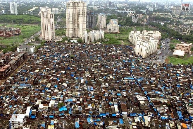 Nhưng Ấn Độ không chỉ có những công trình sang trọng, nguy nga, mà còn tồn tại rất nhiều những khu ổ chuột, như khu Dharavi tại Mumbai. Nhiều người Ấn sống ở vùng ngoại ô hiện đại, sang trọng, nhưng phần lớn cư dân lại ngập ngụa trong cảnh nghèo khổ và bị đè nặng bởi những truyền thống lạc hậu. Chính những khác biệt này cũng là một đặc trưng trong xã hội của Ấn Độ. Ảnh: uthmag