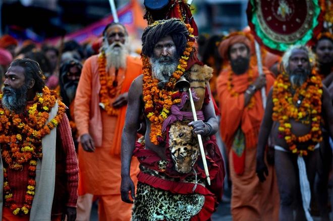 Đến với Ấn Độ, du khách có thể tham dự rất nhiều lễ hội độc đáo. Một trong những lễ hội có ý nghĩa đặc biệt với người Ấn Độ là lễ hội Kumbh Mela bắt đầu vào giữa tháng 1 hàng năm. Đây là cuộc hành hương khổng lồ của tín đồ Hindu giáo, là một trong những lễ hội tôn giáo lớn nhất thế giới kéo dài 55 ngày, tổ chức tại thành phố Allahabad, phía Bắc Ấn Độ. Theo truyền thuyết, mục đích của lễ hội là để tưởng niệm trận chiến huyền thoại giữa các thần linh và ma quỷ để giành một bình chứa mật hoa trường sinh bất tử. Ảnh: mahakumbhfestiva