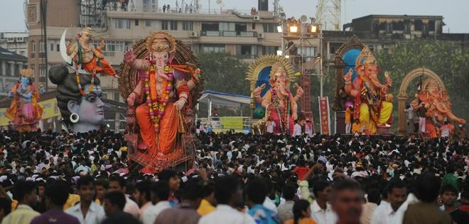 Một lễ hội khác nổi tiếng ở Ấn Độ là lễ hội thần Ganesh kéo dài 10 ngày (khoảng nửa cuối tháng 8 đến giữa tháng 9 hàng năm) ở Mumbai. Theo Hindu giáo, đầu (voi) của thần Gagesha tượng trựng cho tự ngã, thực tại tối hậu của con người; còn thân (người) của Thần là sự hiện hữu của con người nơi cõi đời trần tục. Thần Ganesh là biểu tượng cho sự thịnh vượng, giàu có và trí tuệ thông thái, hiểu biết rộng, rất được lòng chúng sinh. Ảnh: washingtonpost