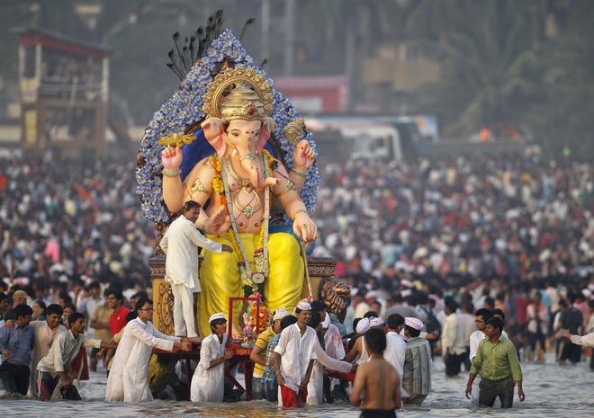 Trong suốt lễ hội, những tín đồ sẽ đem bức tượng thần Ganesh đầu voi mình người xuống biển, hồ, sông để gột rửa bụi trần và bày tỏ lòng thành. Ảnh: bharatmonuments