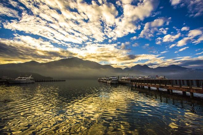 Kham pha ve quyen ru cua ho Nhat Nguyet hinh anh 1 Với vẻ đẹp sông nước hữu tình, cùng kiến trúc cổ điển Trung Hoa thấp thoáng bên trong khuôn viên đã tạo nên vẻ rất riêng cho Nhật Nguyệt Đàm (Sun Moon Lake). Ảnh: Baike