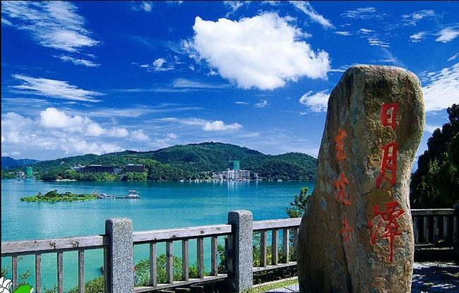 Kham pha ve quyen ru cua ho Nhat Nguyet hinh anh 2 Nhật Nguyệt, từ cái tên đầy lãng mạn của hồ đã khiến người nghe nảy sinh biết bao liên tưởng. Và theo tư liệu được ghi chép và truyền miệng, tên của hồ xuất phát từ hình dáng của nó. Nếu đứng ở giữa hồ, nhìn về phía tây của Nhật Nguyệt, bạn sẽ thấy hồ có hình dáng như một vầng trăng khuyết, còn nhìn về phía đông, hồ lại có hình dạng tròn tựa như mặt trời. Ảnh: Xinhua