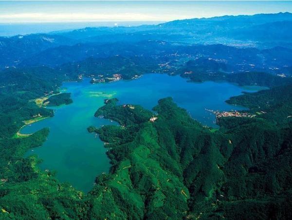 Kham pha ve quyen ru cua ho Nhat Nguyet hinh anh 5 Bốn bề hồ đượcbao bọc bởi núi non điệp trùng, đem lại cảnh đẹp hùng vĩ và mơ màng cho Nhật Nguyệt. Ảnh: Wikipedia