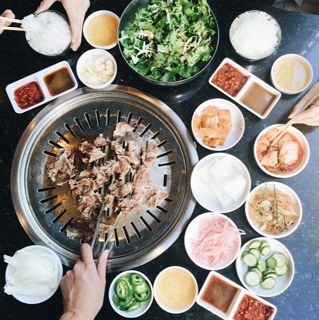"""#Bulgogi, Los Angeles: Bulgogi là món bò nướng nổi tiếng ở Hàn Quốc, nhưng Los Angeles lại """"vượt mặt"""" Seoul để dẫn đầu danh sách những nơi nổi tiếng với món bulgogi. Món này còn khá phổ biến ở New York, Portland và London. Một số quán bulgogi tên tuổi như Bulgogi Hut, Park BBQ, Mendocino Farms và Cha Cha Chili."""