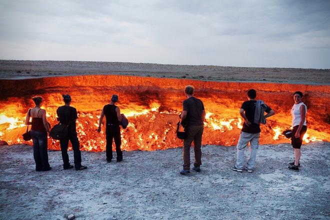 1. Cửa địa ngục, Derweze, Turkmenistan: Miệng núi lửa Darvaza được gọi là cửa địa ngục do nó không ngừng cháy kể từ khi các kỹ sư Xô Viết khoan tìm khí đốt năm 1971. Các kỹ sư địa chất khoan thăm dò tại khu vực và phát hiện hang động phía dưới chứa đầy gas tự nhiên. Một hôm, mặt đất tại dàn khoan bị sụt và tạo ra hố có đường kính 70 m. Do lo ngại hố có thể giải phóng khí độc, đội địa chất quyết định châm lửa đốt với hy vọng ngọn lửa sẽ cháy trong vài tuần, nhưng gas quá nhiều khiến hố vẫn bùng cháy cho đến ngày nay qua hơn 4 thập kỷ.