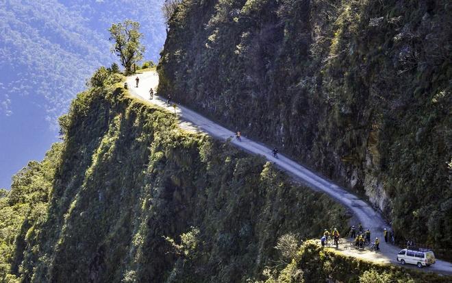 """15 diem du lich chi danh cho nguoi co than kinh thep hinh anh 11 11. """"Con đường chết chóc"""", Yungas, Bolivia: Cung đường North Yungas là nơi lấy đi 200 – 300 mạng người mỗi năm. Theo BCC, chỉ trong 1 năm đã có khoảng 25 chiếc xe bị nghiêng và rơi xuống vực bên dưới. Tính trung bình thì cứ 2 tuần sẽ có 1 xe bị rơi xuống vực."""