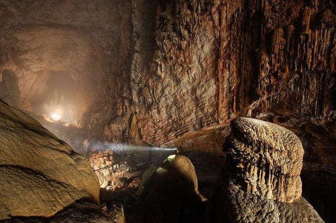 13. Hang Sơn Đoòng, Quảng Bình, Việt Nam: Được phát hiện lần đầu vào năm 1991, đây là hang động  rộng lớn và kỳ vĩ nhất thế giới. Việc chinh phục hang Sơn Đoòng không dành cho đại đa số du khách do yêu cầu nghiêm ngặt về sức khỏe. Sơn Đoòng là tuyến du lịch mạo hiểm cấp độ 6, với mức độ khó rất cao.