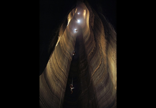 14. Hang Ellison, Georgia, Mỹ: Hang dài gần 20 m, cao 324 m theo chiều thẳng đứng. Du khách phải đu dây và chiếu đèn mới xuống được hang tối hun hút này.