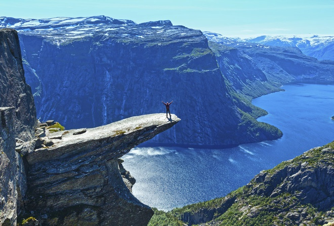 """2. """"The Troll's Tongue"""", Hordaland, Na Uy: Trolltunga nằm cách mặt hồ Ringedalsvatnet 701 m. Hình dáng tảng đá giống như một chiếc lưỡi khổng lồ, được tạo ra từ kỷ băng hà cách đây khoảng 10.000 năm."""