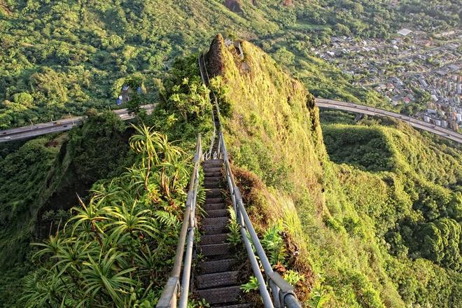 """15 diem du lich chi danh cho nguoi co than kinh thep hinh anh 3 3. """"Cầu thang lên thiên đường"""", Oahu, Hawaii: Haiku Stairs được xây dựng vào đầu những năm 1940 làm trạm thu phát thông tin liên lạc của Mỹ trong Thế chiến 2. Những bậc thang bám theo triền dốc thung lũng Haiku đến đỉnh Koolaus phủ đầy mây trắng. Khi lên đến đỉnh, du khách có cơ hội ngắm toàn cảnh đảo Oahu nằm bên dưới. Một cơn bão gần đây khiến cầu thang bị phá hủy đáng kể."""