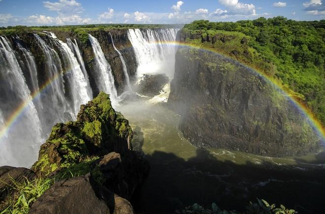 """15 diem du lich chi danh cho nguoi co than kinh thep hinh anh 4 4. """"Hồ bơi của quỷ,"""" biên giới giữa Zimbabwe và Zambia ở châu Phi: Khi nước từ thác Victoria đổ xuống giữa biên giới 2 nước và dâng lên ở mức độ nhất định, các du khách ưa thám hiểm được phép đến đây bơi lội, mặc dù nơi đây dễ xảy ra tai nạn chết người nếu trượt ngã từ độ cao 108 m."""