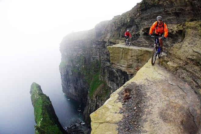 5. Vách đá Moher, Ireland: Nằm ở hạt Clare, Ireland ở độ cao 214 m so với Đại Tây Dương, đây là một trong những điểm thu hút du lịch nổi tiếng ở Ireland. Nhiều du khách ưa mạo hiểm còn cá cược mạng sống của mình khi đạp xe ở vách đá hẹp bên miệng vực.