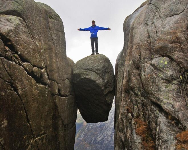 15 diem du lich chi danh cho nguoi co than kinh thep hinh anh 7 7. Tảng đá Kjeragbolten, Rogaland, Na Uy: Nằm ở núi Kjerag, Rogaland, tảng đá độc đáo Kjeragbolten kẹt giữa 2 vách đá là điểm du lịch nổi tiếng ở độ cao 984 m so với mặt đất. Để đặt chân lên tảng đá chênh vênh này, du khách phải xếp hàng nhiều giờ liền do có rất nhiều người đến đây để thử cảm giác mạnh.