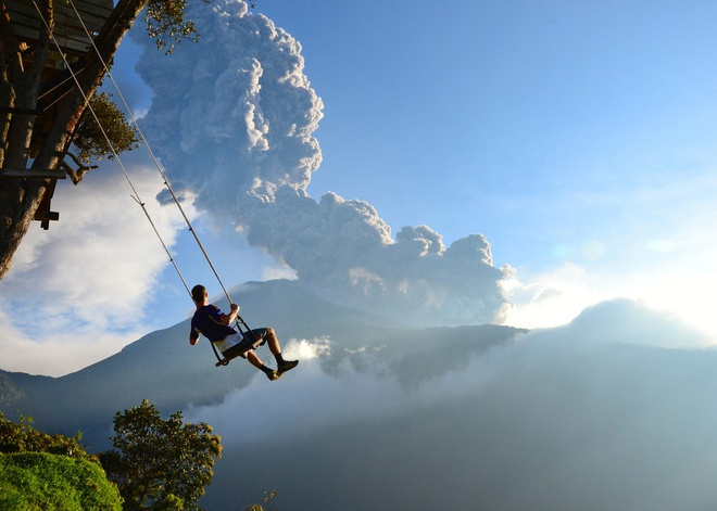 """8. """"Xích đu ở tận cùng thế giới"""", in Baños, Ecuador: Chiếc chòi cao ở đây thực ra là một trạm quan trắc địa chân để quan sát núi lửa Mount Tungurahua gần đó. Một chiếc xích đu được treo ngay cạnh, cho du khách cảm giác thót tim khi đu đưa trên miệng khe núi sâu hun hút."""