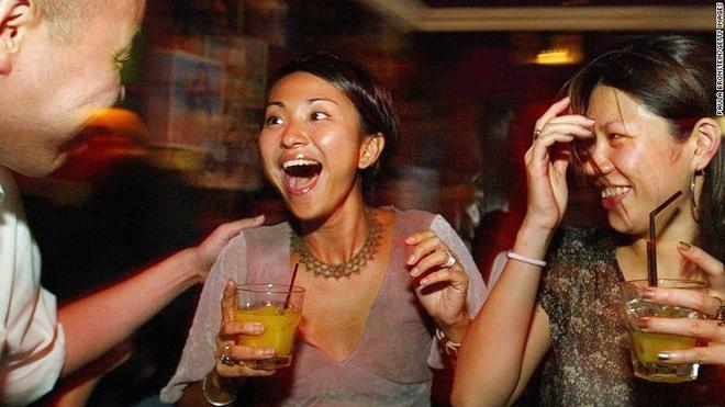 """Vi sao Singapore tro thanh thoi nam cham hut khach? hinh anh 11 11. Từ đệm độc đáo: Từ đệm """"lah"""" thường được chêm vào cuối câu nói tiếng Anh ở Singapore, vừa có nghĩa phủ định, vừa có nghĩa nhấn mạnh ý nghĩa muốn truyền tải. Tiếng Anh ở Singapore được gọi vui là Singlish, đây là thứ ngôn ngữ được pha tạp từ nhiều loại ngôn ngữ khác nhau một cách độc đáo."""