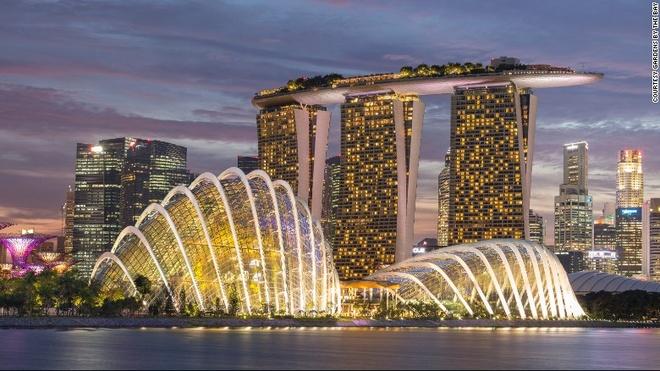 Vi sao Singapore tro thanh thoi nam cham hut khach? hinh anh 1 1. Kiến trúc độc đáo: Singapore là quê hương của 2 tòa nhà đắt nhất thế giới, bao gồm 3 tòa tháp Marina Bay Sand, một nhà hát hình trái sầu riêng và một bảo tàng có hình dáng bàn tay robot.
