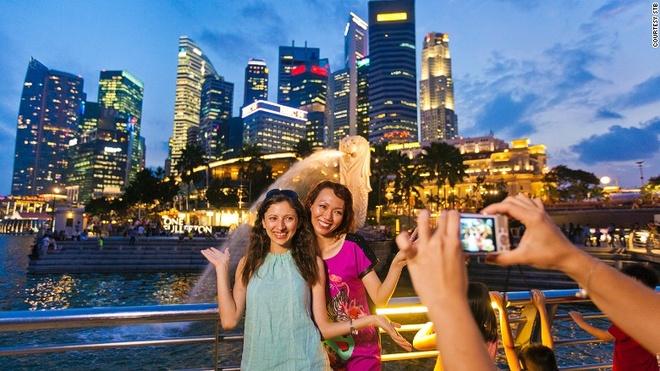 """Vi sao Singapore tro thanh thoi nam cham hut khach? hinh anh 4 4. Biểu tượng độc đáo: Bức tượng Merlion đầu sư tử mình cá, biểu tượng của quốc đảo này được coi là """"con vật lai"""" đẹp nhất thế giới. Mình cá gợi nhớ lại nguồn gốc khiêm tốn của Singapore vốn là một làng chài, còn đầu sư tử thể hiện tên gốc của Singapore là """"Singapura"""", có nghĩa là """"thành phố sư tử"""" theo tiếng Malay."""
