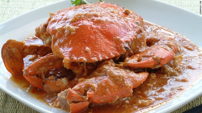 Vi sao Singapore tro thanh thoi nam cham hut khach? hinh anh 5 5. Món cua ngon nhất thế giới: Món cua xốt ớt ở Singapore được đầu bếp Cher Yaw Tian và chồng bà là Lim Choon Ngee sáng tạo năm 1950. Món cua này được coi là không có đối thủ và được CN Traveler bình chọn vào top 50 món ăn ngon nhất thế giới.