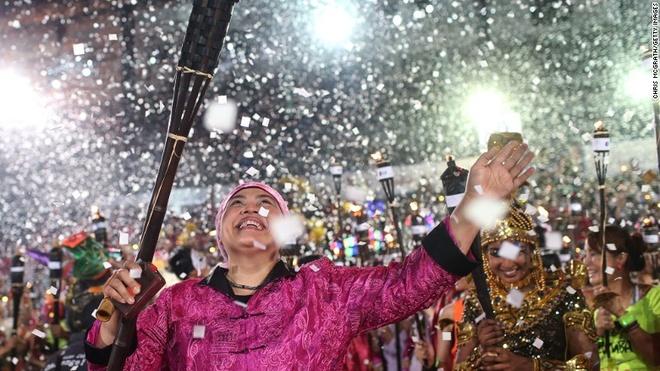 Vi sao Singapore tro thanh thoi nam cham hut khach? hinh anh 6 6. Triền miên lễ hội: Singapore là nước đa sắc tộc, bởi vậy các ngày lễ, kỳ nghỉ của các nước như Trung Quốc, Malaysia, Ấn Độ hay các nền văn hóa khác đều được tổ chức ở Singapore. Chingay là một trong những lễ hội độc đáo nhất nước này.