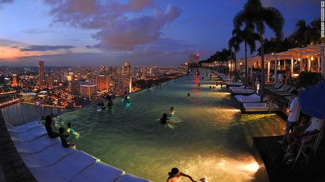 Vi sao Singapore tro thanh thoi nam cham hut khach? hinh anh 7 7. Bể bơi lớn nhất và cao nhất thế giới: Bể bơi vô cực ở Marina Bay San dài 151 m là một trong những bể bơi ấn tượng nhất thế giới.