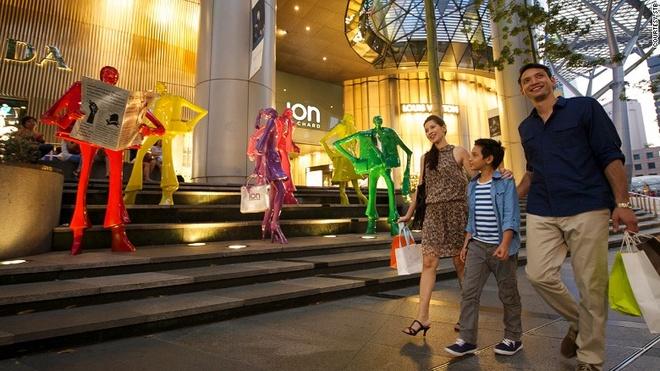 Vi sao Singapore tro thanh thoi nam cham hut khach? hinh anh 8 8. Thiên đường mua sắm: Nếu bạn đến Singapore vào mùa giảm giá (kéo dài 8 tuần giữa từ tháng 5 đến tháng 7), dịp giáng sinh hay Tết, hãy nhớ mang theo thật nhiều tiền mặt và một chiếc vali rỗng để chứa đồ.
