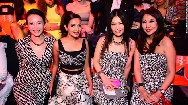 Vi sao Singapore tro thanh thoi nam cham hut khach? hinh anh 9 9. Tuần lễ thời trang: Không như các tuần lễ thời trang diễn ra ở Paris, New York, Milan hay London chỉ mở cửa cho giới truyền thông, khách hàng tiềm năng và các ngôi sao nổi tiếng, tuần lễ thời trang ở Singapore bán vé rộng rãi cho công chúng.
