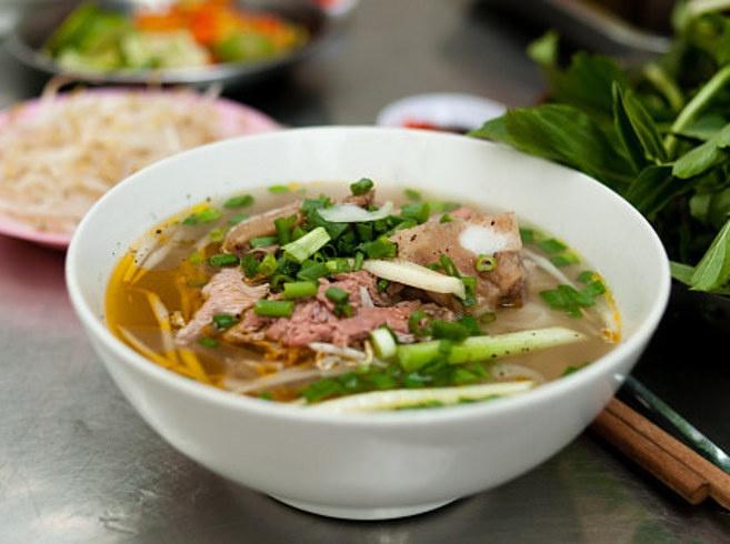 An re, o mien phi, phuot qua Viet Nam va cac nuoc Dong Nam A hinh anh 12 10. Ăn thức ăn đường phố: Từ những quán hàng rong ở đường Khao San nổi tiếng tại Bangkok, Thái Lan tới các loại bánh kẹp ở Myanmar, các đồ ăn rẻ tiền nhất luôn có sẵn trên phố. Bạn chỉ cần chắc chắn mình chọn đồ ăn an toàn, hãy quan sát và đến quán nhiều người bản địa ăn nhất.