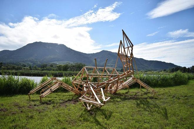 Để tạo những bức tượng này, các nghệ sĩ phải dựng một khung định hình bằng gỗ rồi phủ từng lớp rơm bên trên.