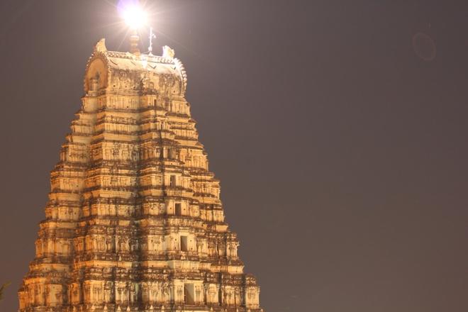 17 di san dep nhat An Do hinh anh 11 Đền Virupaksha, Hampi, Karnataka: Tòa tháp 9 tầng của đền Virupaksha có chiều cao khoảng 50 m. Được xây dựng ở thế kỷ 16, đây là công trình duy nhất không bị hư hại giữa thành phố cổ.