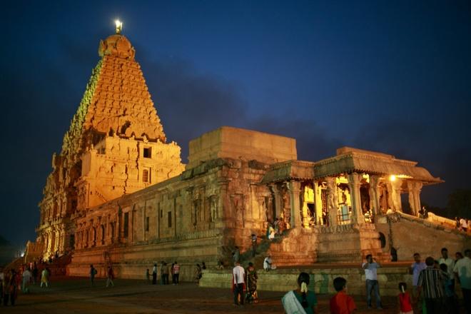 17 di san dep nhat An Do hinh anh 14 Quần thể đền Thanjavur, Tamil Nadu: Ngôi đền cao vút 1.000 năm tuổi Brihadeeswarar thờ thần Shiva được xây bằng đá sa thạch ở Thanjavur.  Vòm đá trên đỉnh ngọn tháp nặng hơn 80 tấn. Người xưa đưa hòn đá lên đỉnh tháp bằng cách nào hiện vẫn là một bí ẩn chưa có lời giải đáp.