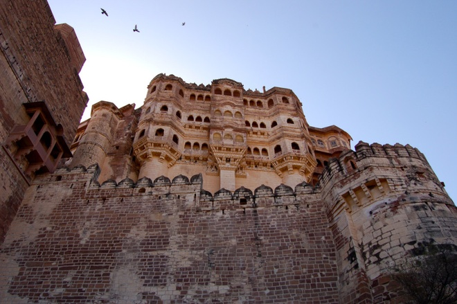 17 di san dep nhat An Do hinh anh 5 Pháo đài Mehrangarh, Jodhpur, Rajasthan: Pháo đài được xây dựng vào thế kỷ 15 trên đỉnh một quả đồi để bảo vệ an toàn khỏi sự tấn công từ bên ngoài. Ngày nay, pháo đài vẫn giữ được nội thất sang trọng. Nơi đây có một bảo tàng pháo và vũ khí mở cửa cho du khách tham quan.