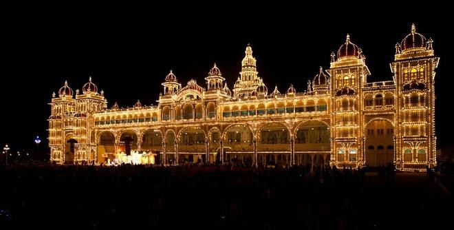 17 di san dep nhat An Do hinh anh 6 Cung điện Mysore, Mysore, Karnataka: Là một trong những cung điện xa hoa nhất trong vùng, Mysore kỷ niệm tròn 100 năm tuổi vào năm 2012. Vào các ngày chủ nhật và lễ hội, đèn hoa được thắp sáng, biến cung điện thành một lâu đài lộng lẫy.