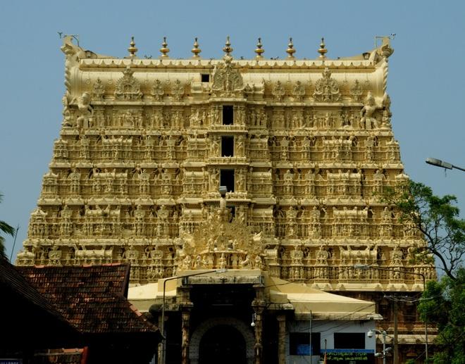 17 di san dep nhat An Do hinh anh 8 Đền Padmanabhaswamy, Thiruvananthapuram, Kerala: Ngôi đền từ thế kỷ 18 được xây dựng bằng đá nguyên khối và được trang trí bằng nhiều cột trụ và nghệ thuật chạm khắc gỗ tinh xảo.