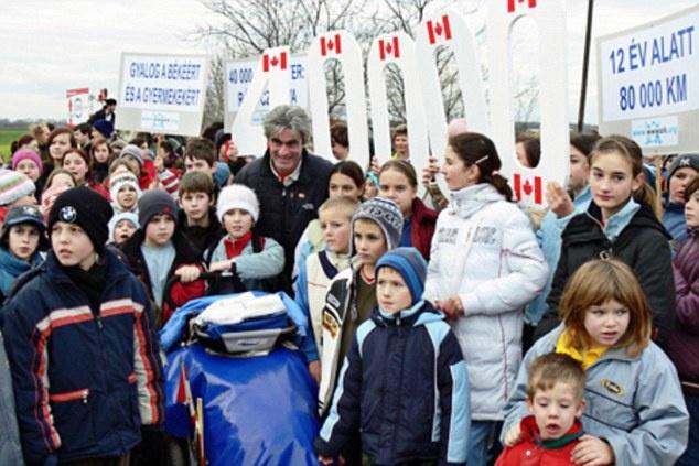 Nguoi dan ong cuoc bo qua 6 luc dia trong 11 nam hinh anh 1 Người đàn ông có tên Jean Béliveau rời Montreal, Canada để chu du 64 nước trên đôi chân của chính mình với mục đích tôn vinh hòa bình và không bạo lực đối với trẻ em. Đây được coi là hành trình đi bộ dài nhất thế giới.