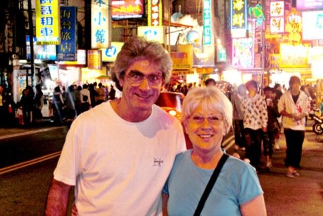 """Nguoi dan ong cuoc bo qua 6 luc dia trong 11 nam hinh anh 10 Tuy nhiên, đổi lại, Jean phải xa con gái Elisa Jane 18 tuổi và con trai Thomas-Eric 20 tuổi từ cuộc hôn nhân trước, và ông chuẩn bị lên chức ông. Mặc dù được vợ đến thăm 11 lần trong hành trình, bà hỗ trợ ông duy trì website và động viên ông rất nhiều, nhưng khi ông trở lại, cuộc hôn nhân tan vỡ. """"Khi ở Australia, tôi ở cùng một số bác sĩ. Họ nói với tôi rằng, khi trở về nhà, vợ sẽ không còn như trước nữa. Ngày tôi trở về, chúng tôi đã rất khác. Chúng tôi cũng đã cố gắng, bà ấy là một người phụ nữ dũng cảm và đáng yêu. Chúng tôi chia tay và giờ là bạn bè. Bà ấy không hối tiếc điều gì cả"""", Jean tâm sự."""