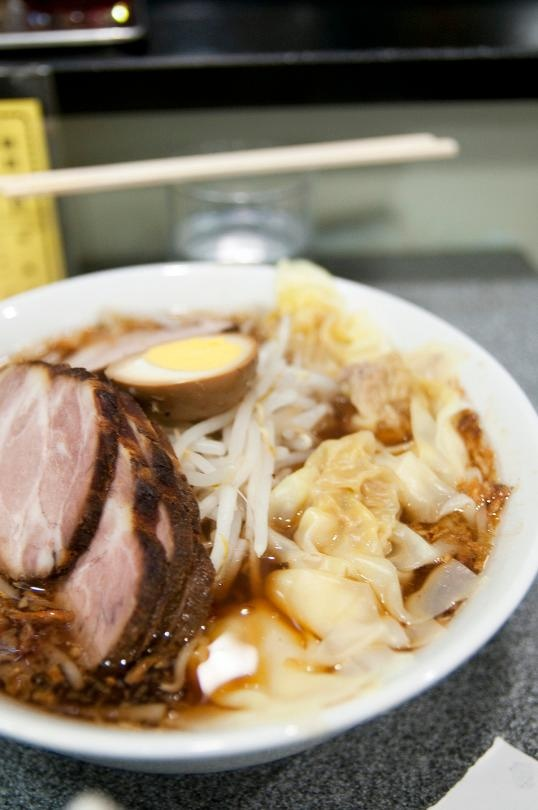 Cha ca La Vong vao top nha hang lau doi noi tieng the gioi hinh anh 11 Kiraku, Tokyo: Quán ramen có từ năm 1952 này là điểm đến yêu thích của công chức và sinh viên ở Shibuya, Tokyo. Nổi tiếng nhất là chukamen với nước dùng làm bằng xốt đậu nành và rất nhiều hành chiên, tỏi chiên, phủ giá đỗ, trứng và các lát thịt chashu.