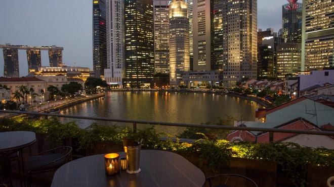 Nhung quan bar o Singapore ai cung muon den mot lan hinh anh